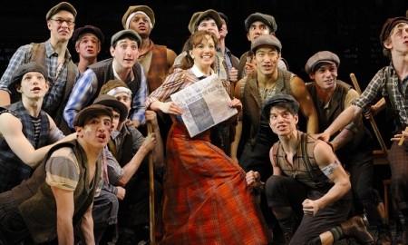 Kara-Lindsay-and-the-cast-of-NEWSIES.-Photo-by-Deen-van-Meer