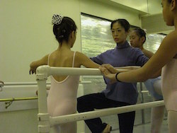 Noriko Hara teaching at Studio Maestro. Photo by Robert Abrams.