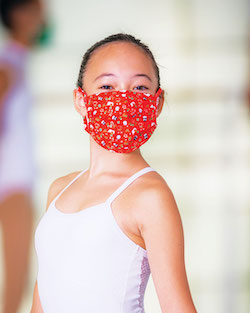 Holiday face mask by Só Dança.